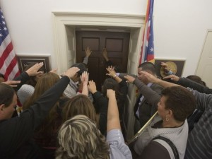 DREAMers praying at Boehner's door. Photo credit:  Nick Oza/The Arizona Republic